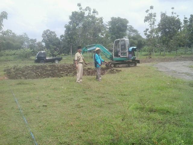 Lurah Desa Caturharjo mengawasi penyiapan lahan Wanadesa Slayur Caturharjo
