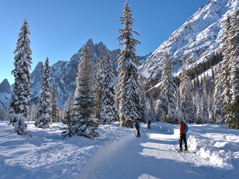 La plecare, ocolind probabil unul din cele mai spectaculoase trasee de schi fond din Alpi.