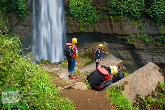 Anggota ekspedisi hulu Brantas sedang melakukan penelitian di air terjun Coban Talun di Kota Batu