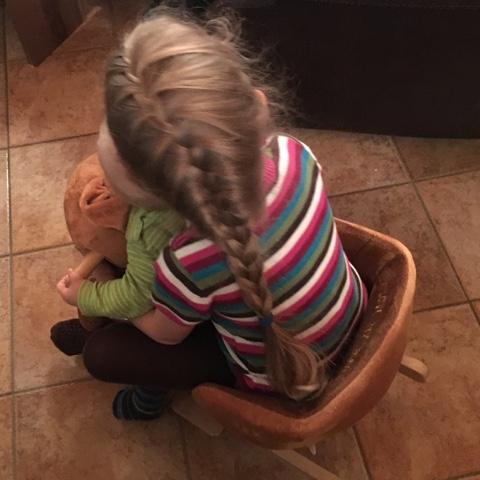 Kinder schaukeln gemeinsam