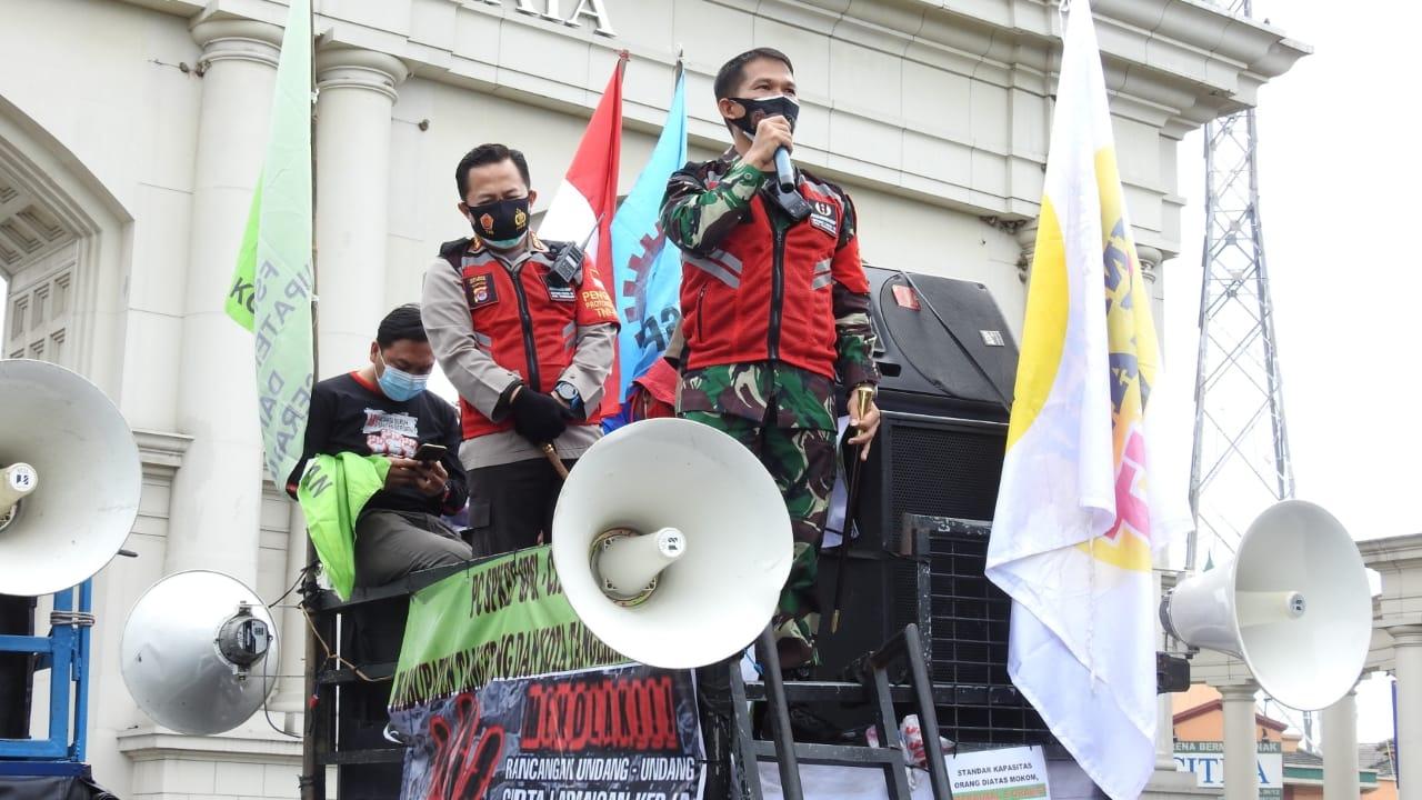 Mobil Komando Dandim 0510/Trs Berbaur Dengan Massa Aksi Buruh