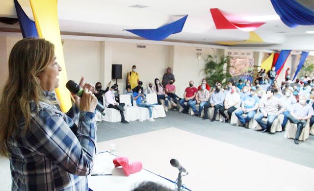 Empresarios monaguenses sostienen encuentro con los precandidatos Yelitza Santaella y Ernesto Luna.