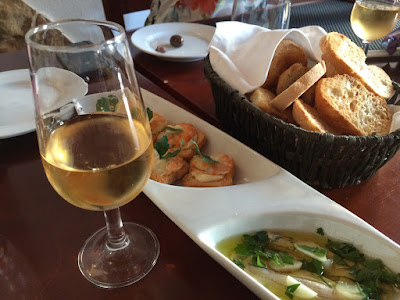 Hvit portvin, brød og andre apetittvekkere.