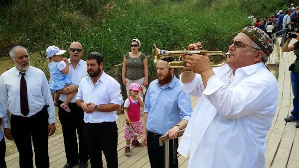 חוגגים את חציית הירדן  על גדת הירדן עם המקהלה בת קול