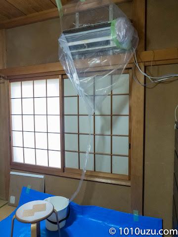 壁掛用エアコン洗浄カバーの先にはバケツを置く