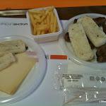 Ossetti (costicine), salsiccie, polenta, formaggio asiago e patatine fritte.jpg