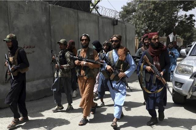 Igreja perseguida | Talibã verifica quem é cristão procurando Bíblia nos celulares e matando