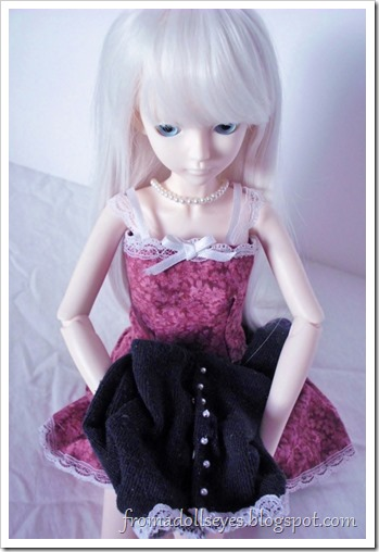 Cute sweaters for ball jointed dolls with free patterns.