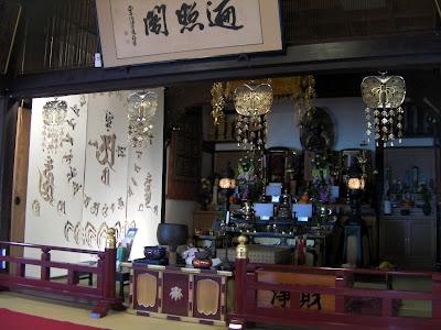 尾道・千光寺の本堂内に設営した、梵字と曼荼羅のデザインがモチーフのkon-gara作品