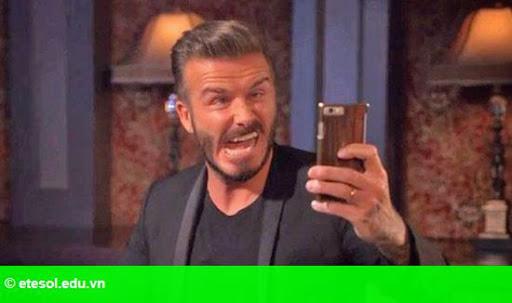 Hình 1:   Becks làm mặt xấu chụp ảnh selfie