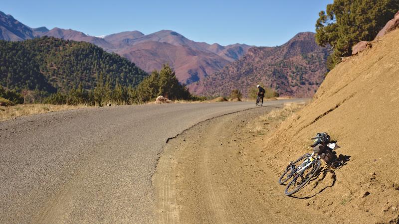 Limba de asfalt ce a acoperit de curand multe din drumurile secundare marocane.