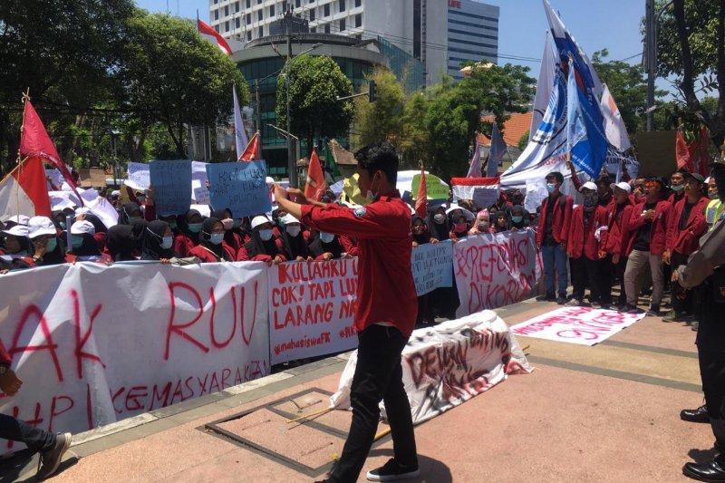Mahasiswa Surabaya Ogah Injak Taman Saat Demo, Ternyata Mahasiswa Takut Bu Risma Marah