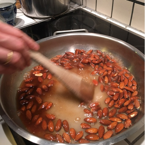 making sweet almonds in pan