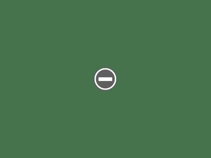 kubistyczne białe domki na tle zieleni wioska Agapi Tinos Grecja