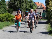 6.A kerékpártúra tagjai saját tempóban bicikliznek.JPG