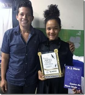 Ganhadora recebe livro do Escritor Flávio Hora