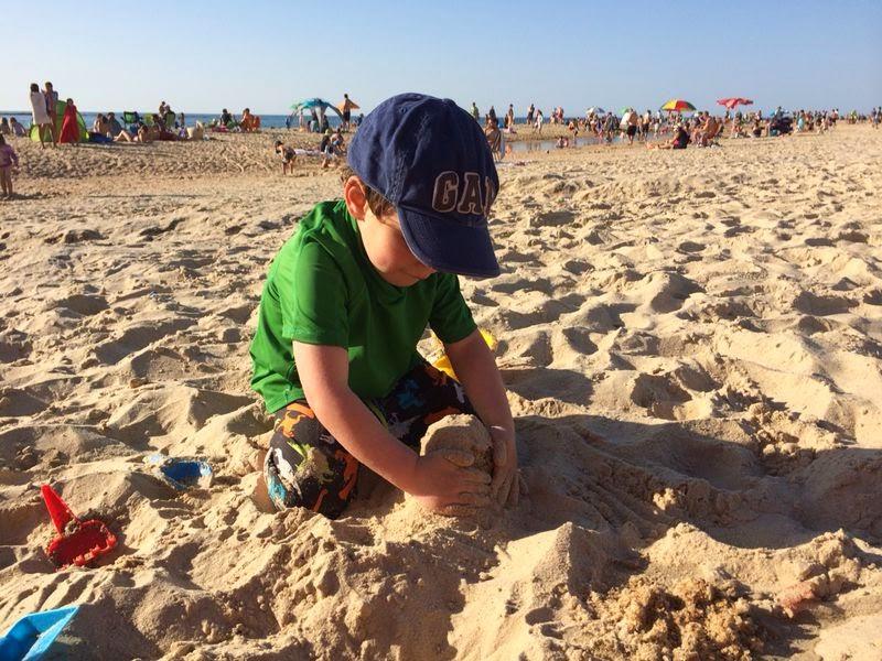 רותם בונה עוגות בחול בחוף פלמחים