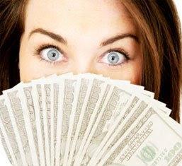 Chica-con-billetes-en-las-manos