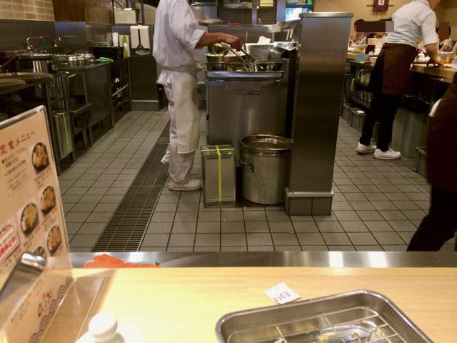 店員さんが天ぷらを揚げて配っているところ