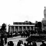 stalin_003_Памятники Сталину и Ленину , 1951. Монумент Сталина на сельскохозяйственной выставке во Львове 21 октября в 1951 г. Памятник расположен спра.jpg