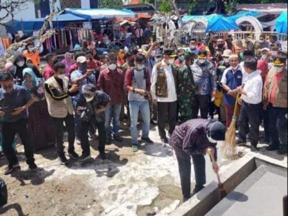 Aksi Mensos Risma Bersihkan Makam Syech Burhanuddin Undang Kekaguman: Jangan Ada Sampah di Makam Ulama