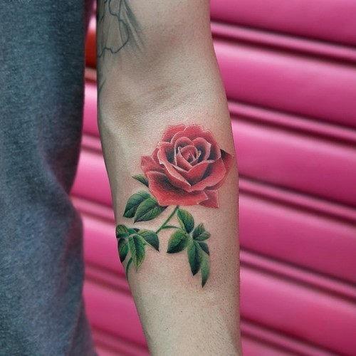 este_vermelho_brilhante_rosa_da_tatuagem