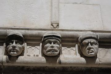 Fries an der Außenseite der Kathedrale von Šibenik