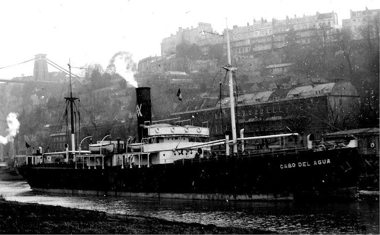 Vapor CABO DEL AGUA navegando por el rio Avon. Al fondo el famosisimo Clifton Suspension Bridge . Colección Jaume Cifre. Nuestro agradecimiento.jpg
