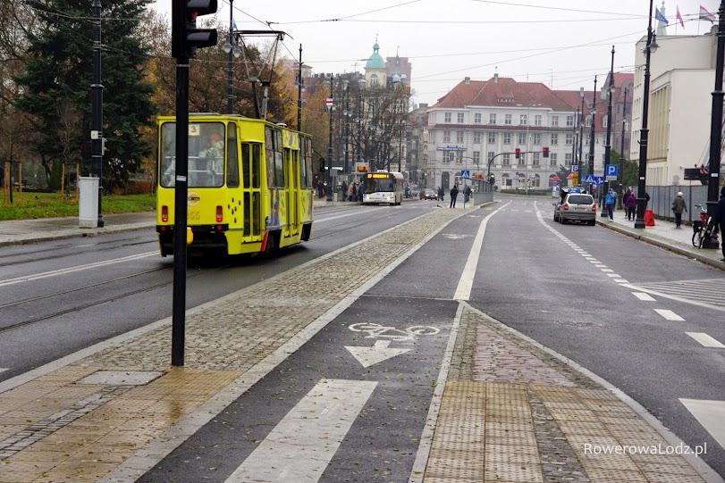 Inaczej niż w Łodzi - kontrapasy rowerowe się buduje, a wypustki dla niedowidzących (przed przejściem dla pieszych) są układane prawidłowo.