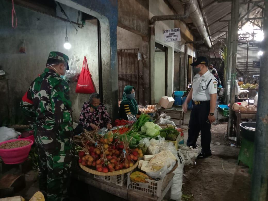 Babinsa Danukusuman Pantau dan Berikan Himbauan PPKM di Pasar Harjodaksino