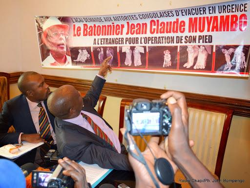 Présentation des images relatives à la radiologie de la jambe du bâtonnier Jean Claude Muyambo par son conseil lors d'une conférence de presse de l'Acaj le 15/04/2015 à Kinshasa. Radio Okapi/Ph. John Bompengo