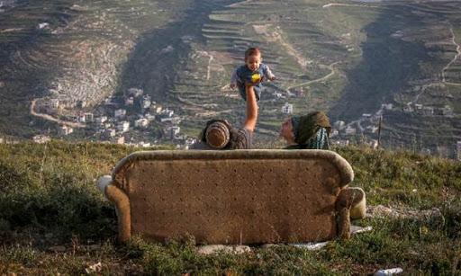 קרדיט מארק ישראל סלם - ג'רוזלם פוסט מרים ונריה משחקים עם בנם התינוק יצהר 12 באוגוסט 2018.jpg