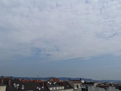 Schwül und heiß präsentierte sich diese Woche bisher und im selbigen Stil geht es auch weiter, obwohl die Gewittergefahr gering ist. Mit 21.2 Grad hatten wir heute die erste Tropennacht der Woche und es werden weitere noch folgen. Mit 32 Grad wird es heute wieder richtig heiß. #Wetter  #Wien  #Wettervorschau #Donnerstag