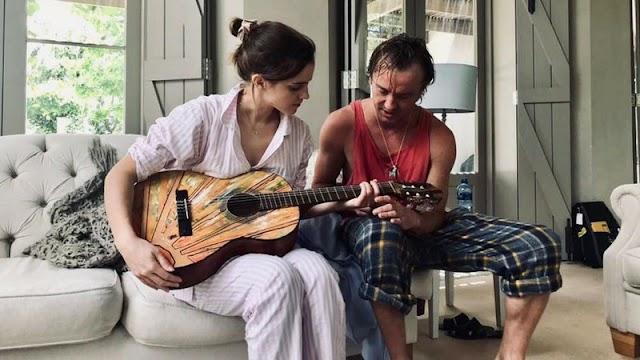 Tom Felton ensina Emma Watson a tocar violão em mini-reunião de Harry Potter