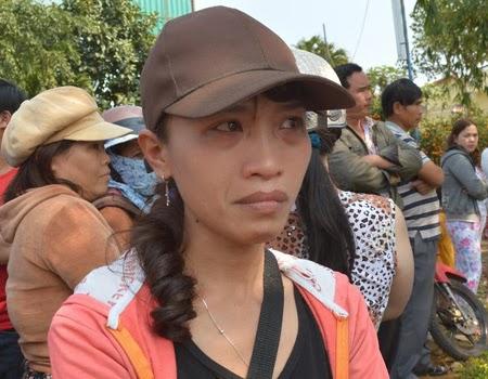 Người dân tập trung trước nhà ông Nguyễn Bá Thanh để chia buồn (Ảnh: Công Bính)