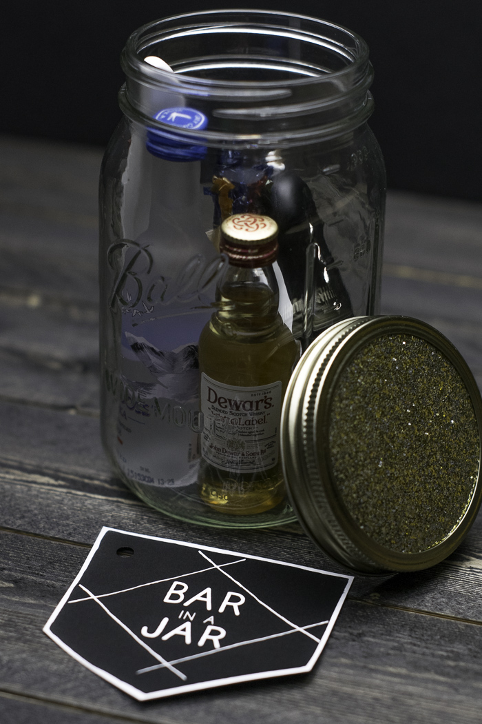 Mason jar for holding mini liquor bottles