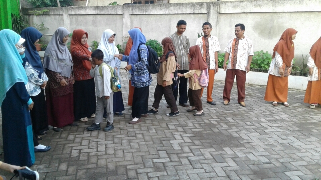 Kegiatan Menyambut Anak Sejak Pagi di Sekolah Al-Amanah Tangerang Tidak Hanya di Awal Tahun, namun Setiap Pagi