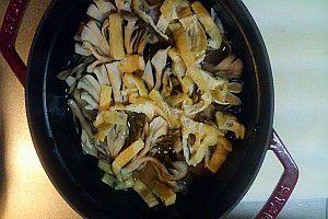 ストウブ鍋に入った肉と野菜