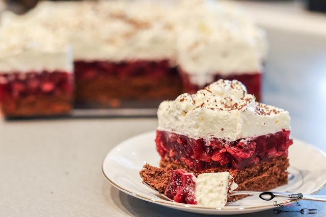 ciasto z wiśniami,ciasto z bitą śmietaną,ciasto z bitą śmietaną i owocami,biszkopt z masą owocową i kremem śmietanowym,
