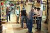 Купувач на килими си купува турско кафе докато оглежда стоката