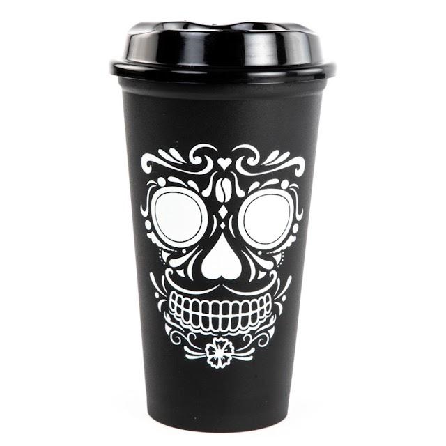 Cuenta la leyenda que la calavera al vaso de Starbucks llegó y su brillo nocturno la cautivó…
