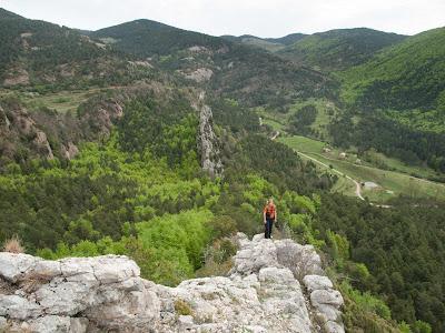 Pujant per la cresta fàcil, amb la vall de Sant Romà de la Clusa al fons