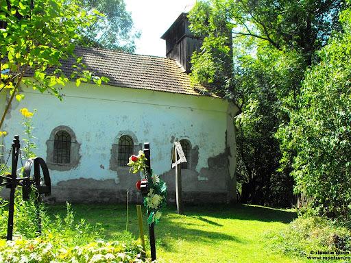 biserica intr-un sat parasit