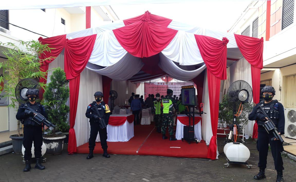 Personel Sat Brimob Polda Jabar Lakukan Pengamanan Kantor KPUD Kabupaten Sukabumi