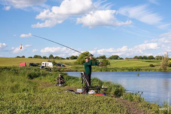 Сашко годує своє місце новісіньким спомбом від компанії FOX (який на цій рибалці і зламається)
