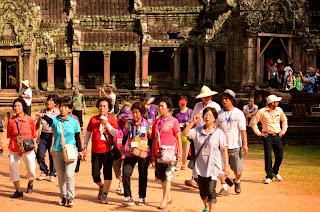 Tłumy turystów w Ta Prohm. Gdzie jest Wally?