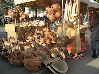Gyönyörű kosarak a kézműve stermékek piacán.jpg