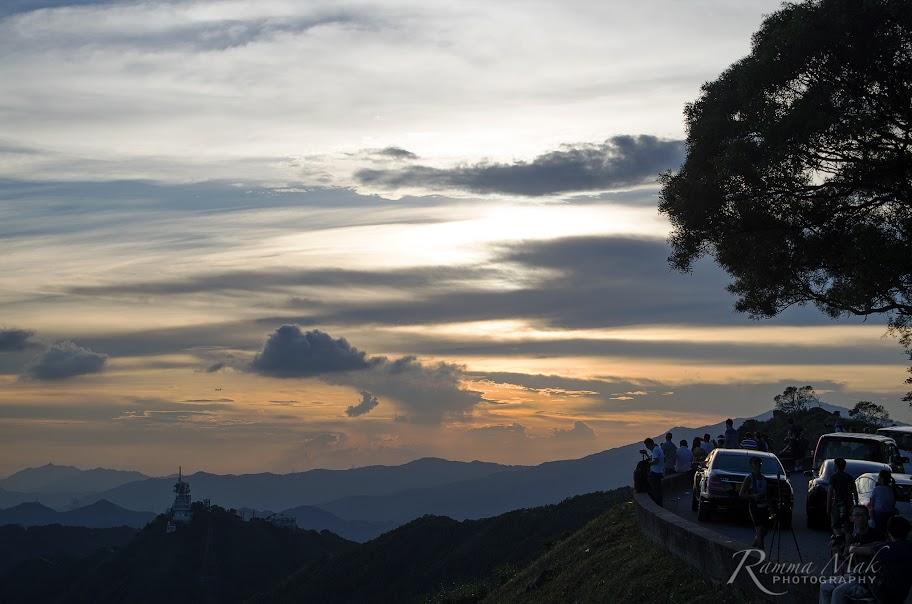山上已有很多遊人和泊滿了汽車