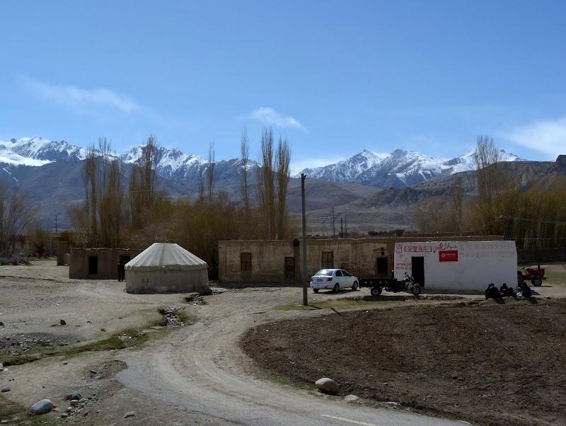 XINJIANG. Karakoram Highway, lune des plus haute route au monde, en passant a 4400 m - P1280562.JPG
