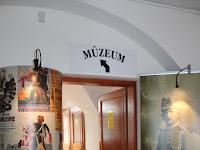 """""""Népeimhez!"""" – Történetek az első világháborúból üdvözlő szöveg a múzeum alsó szintjén.JPG"""